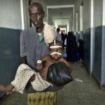 Ein Vater trägt sein an Diarrhoe erkranktes Kind über den Korridor der Kinderstation des Banadir-Hospitals.