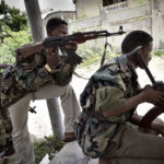 Regierungsmilizen beobachten die Aktivitäten der al-Shabaab Miliz. Die Frontlinie verläuft wenige Meter von der Hausecke entfernt.