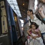 Der Nachtzug von Budapest nach München steht zum Einsteigen bereit. Der Afghane Ali Moradi (37 Jahre) hat eines der Flüchtlingskinder im Arm. Ali Moradi ist mit seiner Familie im Jahr 2000 in den Iran geflohen.
