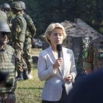 Pressetermin auf dem Truppenübungsplatz Hammelburg: zusammen mit Brigadegeneral Gert-Johannes Wagemann und dem kurdische Major Abdullah beantwortet Ministerin Ursula von der Leyen die Fragen der Journalisten.