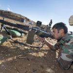 Auf dem Schießplatz einer Kaserne im nahe der nordirakischen Erbil bilden Bundeswehrsoldaten kurdische Soldaten am Maschinengewehr MG3 aus.