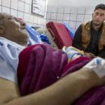 Der Peschmerga Ebrahim Ghazi (46 Jahre) wurde durch einen Selbstmordattentäter schwer verwundet. Der Sohn sitzt fassungslos am Krankenbett seines Vaters.