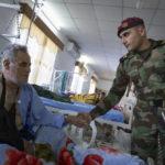 """Im """"Emergency Hospital"""" besucht Mayor Abdullah Stony Soldaten der Autonomen Region Kurdistan die bei den jüngsten Kämpfen verwundet wurden. Der Peschmerga Ismael Ghafer (45 Jahre) wurde durch die Splitter einer Mörsergranate verletzt."""