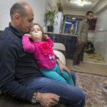 In der Privatwohnung: Mayor Abdullah Stony (38 Jahre) zusammen mit seiner zweieinhalbjährigen Tochter Karin.