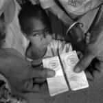 Die vom UNHCR ausgegebenen Ausweise berechtigen die Flüchtlingsfamilien zur Teilnahme an der Überführung in eines vom UNHCR geführten Flüchtlingscamps.