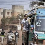 Ein in der malischen Hauptstadt Bamako typischer Kleinbuss unterwegs im Stadtteil Dielibougou.