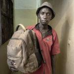 Doudou Sonko (27 Jahre aus Gambia) mit seinen Habseligkeiten. Doudou Sonk war seit Januar 2015 in Algerien und Mauretanien. Seine Rückreise mit dem Bus vom malischen Gao bis in die Hauptstadt Bamako dauerte 4 Tage.