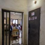 """Im Aufenthaltsraum der Hilfsorganisation """"Association Malienne des Expulses"""" findet die Selbsthilfegruppe für Migrantinnen und Migranten statt."""
