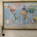 """Im Aufenthaltsraum der malischen Hilfsorganisation """"AME"""" hängt eine nicht mehr ganz aktuelle Weltkarte."""