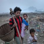 Bei Tagesanbruch geht der Waste-Picker Durgarao Potluri (28 Jahre) mit seinen beiden Kindern Sudharani (3 Jahre) und David (5 Jahre) auf den alten, unter starker Rauchentwicklung schwelenden Teil der Müllkippe. Vater Durgarao Potluri hat die Kinder lieber unter seiner Aufsicht, als dass die Kinder allein auf dem gefährlichen Areal der Müllkippe spielen.